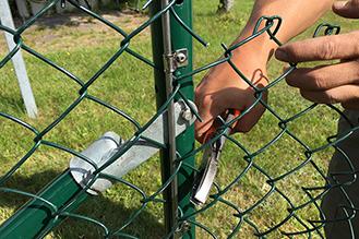 Strålande Uppsättning av stängsel runt vår fastighet – Brf. Boklok Glasörten NP-41